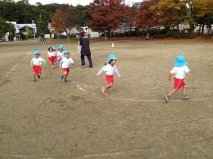 ひつじ組(3歳児)マラソン 1周回るごとにシールを張ってもらいます