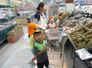 今度は夕飯の材料を買いに、スーパーに行きました。