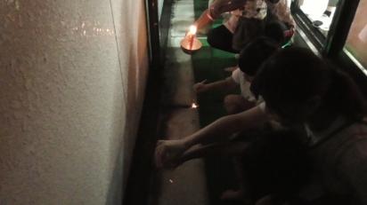 2階のベランダで線香花火
